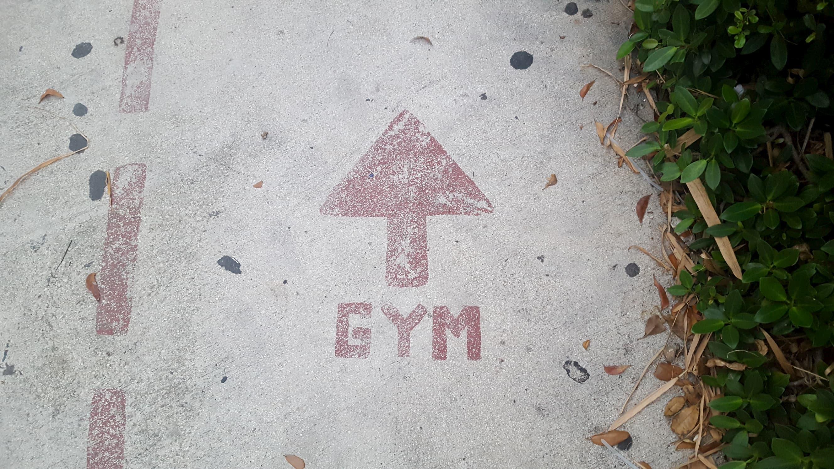 flèche indiquant la salle de sport